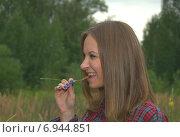 Улыбающаяся девушка в лесу. Стоковое фото, фотограф Evhen Marienko / Фотобанк Лори