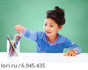 Купить «happy school girl drawing with coloring pencils», фото № 6945435, снято 25 августа 2013 г. (c) Syda Productions / Фотобанк Лори