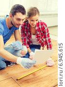 Купить «smiling couple measuring wood flooring», фото № 6945615, снято 26 января 2014 г. (c) Syda Productions / Фотобанк Лори
