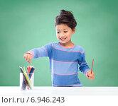 Купить «happy school girl drawing with coloring pencils», фото № 6946243, снято 25 августа 2013 г. (c) Syda Productions / Фотобанк Лори