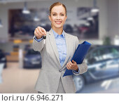 Купить «businesswoman or saleswoman giving car key», фото № 6946271, снято 19 января 2014 г. (c) Syda Productions / Фотобанк Лори