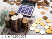 Купить «Стопки российских рублей и калькулятор», фото № 6950539, снято 31 января 2015 г. (c) Александр Калугин / Фотобанк Лори