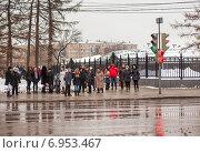 Купить «Люди на пешеходном переходе ждут зелёного сигнала светофора», эксклюзивное фото № 6953467, снято 31 января 2015 г. (c) Константин Косов / Фотобанк Лори