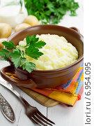 Купить «Картофельное пюре в миске на деревянном столе», фото № 6954095, снято 30 января 2015 г. (c) Надежда Мишкова / Фотобанк Лори