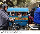 Школьный автобус в Индии (2014 год). Редакционное фото, фотограф Юлия Незнаева / Фотобанк Лори