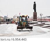 Купить «ГородТула. Трактор очищает снег на площади Ленина возле здания администрации зимой», эксклюзивное фото № 6954443, снято 30 января 2015 г. (c) Игорь Низов / Фотобанк Лори