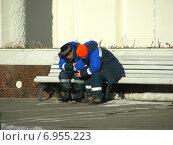 Купить «Дворники-гастарбайтеры отдыхают на лавочке на ВДНХ», эксклюзивное фото № 6955223, снято 21 января 2015 г. (c) lana1501 / Фотобанк Лори