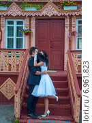Невеста и жених на крыльце избы. Стоковое фото, фотограф Александра Орехова / Фотобанк Лори