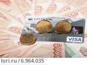 Купить «Пластиковая карта Сбербанка и монеты номиналом 10 рублей на фоне пятитысячных купюр», эксклюзивное фото № 6964035, снято 3 февраля 2015 г. (c) Яна Королёва / Фотобанк Лори