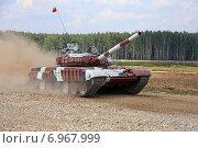Купить «Запасной танк Т-72Б команды Венесуэлы проходит трассу. Алабино, Чемпионат мира по Танковому биатлону», эксклюзивное фото № 6967999, снято 6 августа 2014 г. (c) Алексей Гусев / Фотобанк Лори