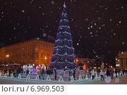 Купить «Новогодняя елка в Волгограде. Снег», эксклюзивное фото № 6969503, снято 5 января 2015 г. (c) Volgograd.travel / Фотобанк Лори