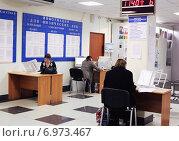 Граждане заполняют декларации в налоговой инспекции. Редакционное фото, фотограф Николай Лемешев / Фотобанк Лори
