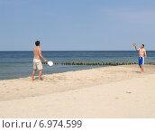 Купить «Двое мужчин играют в  пляжный теннис (маткот) на песчаном берегу Балтийского моря.  Калининградская область», фото № 6974599, снято 2 августа 2012 г. (c) Ирина Борсученко / Фотобанк Лори