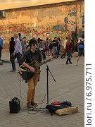 Купить «Музыкантка на Старом Арбате», фото № 6975711, снято 1 мая 2014 г. (c) Алексей Сварцов / Фотобанк Лори