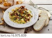 Купить «Traditional scrambled eggs with fresh chanterelle. Summer dish», фото № 6975839, снято 19 октября 2018 г. (c) BE&W Photo / Фотобанк Лори