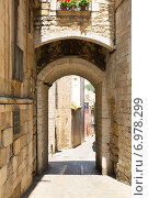 Купить «Arch over old narrow street of european city. Girona», фото № 6978299, снято 12 июня 2014 г. (c) Яков Филимонов / Фотобанк Лори