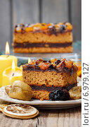 Delicious layer gingerbread cake decorated with dried fruits. Party dessert. Стоковое фото, агентство BE&W Photo / Фотобанк Лори