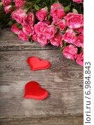 Купить «Букет из розовых роз и два сердца на деревянном столе», фото № 6984843, снято 29 января 2015 г. (c) Елена Блохина / Фотобанк Лори
