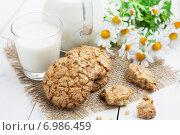 Купить «Молоко и овсяное печенье на деревянном столе», фото № 6986459, снято 6 февраля 2015 г. (c) Надежда Мишкова / Фотобанк Лори
