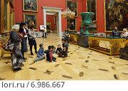 Купить «Государственный музей Эрмитаж в Санкт-Петербурге. Дети и их родители внимательно слушают рассказ о художниках», фото № 6986667, снято 25 января 2015 г. (c) Валерия Попова / Фотобанк Лори