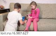 Купить «Девочка  и мальчик играют на диване», видеоролик № 6987627, снято 12 января 2015 г. (c) Кекяляйнен Андрей / Фотобанк Лори