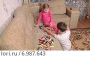 Купить «Мальчик и девочка дошкольного возраста играют в конструктор на диване», видеоролик № 6987643, снято 12 января 2015 г. (c) Кекяляйнен Андрей / Фотобанк Лори