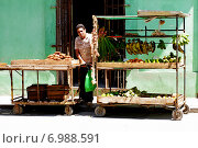 Гавана. Уличный торговец (2013 год). Редакционное фото, фотограф Наталия Казанова / Фотобанк Лори
