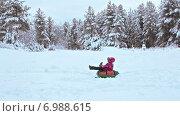 Купить «Маленькая девочка съезжает на ватрушке по снежному склону в парке», видеоролик № 6988615, снято 21 января 2015 г. (c) Кекяляйнен Андрей / Фотобанк Лори