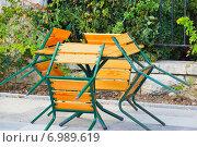 Стол и четыре стула.Конец сезона. Стоковое фото, фотограф ирина реброва / Фотобанк Лори