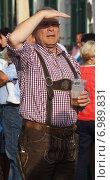 Люди в баварской одежде (2014 год). Редакционное фото, фотограф Юлия Алексеева / Фотобанк Лори