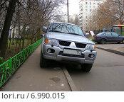 Купить «Автомобиль, припаркованный на тротуаре, Камчатская улица в Гольянове в Москве», эксклюзивное фото № 6990015, снято 10 ноября 2008 г. (c) lana1501 / Фотобанк Лори