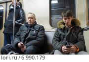 Купить «Пассажиры метро с телефонами в руках», фото № 6990179, снято 20 декабря 2014 г. (c) Сергей Неудахин / Фотобанк Лори