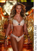 LONDON, ENGLAND - DECEMBER 02: Victoria's Secret model Candice Swanepoel walks the runway during the 2014 Victoria's Secret Fashion Show on December 2, 2014 in London, England. Редакционное фото, фотограф Anton Oparin / Фотобанк Лори