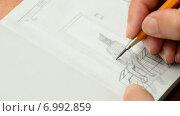 Купить «Человек рисует карандашом», видеоролик № 6992859, снято 10 августа 2014 г. (c) Manuel Mata Gallego / Фотобанк Лори