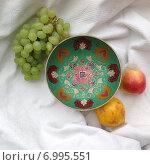 Купить «Чаша с яблоками виноградом на белой ткани», фото № 6995551, снято 3 мая 2014 г. (c) Светлана Голубкова / Фотобанк Лори
