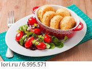 Рисовые котлеты с овощным салатом для поста или диеты. Стоковое фото, фотограф Лариса Дерий / Фотобанк Лори