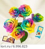Разноцветные розы с шоколадками (2014 год). Редакционное фото, фотограф Анастасия Гамова / Фотобанк Лори