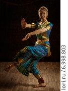 Купить «Indian classical dance Bharatanatyam dancer», фото № 6998803, снято 21 октября 2013 г. (c) Ingram Publishing / Фотобанк Лори