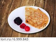 Купить «Блины на тарелке с вареньем и свежими ягодами», фото № 6999843, снято 10 февраля 2015 г. (c) Александр Самолетов / Фотобанк Лори