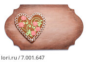 Купить «Имбирный пряник в форме сердца на деревянной доске», фото № 7001647, снято 9 февраля 2015 г. (c) Галина Щипакина / Фотобанк Лори