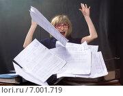 Купить «Молодая женщина  бросает документы», фото № 7001719, снято 6 февраля 2015 г. (c) Юрий Викулин / Фотобанк Лори