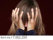 Мужчина с длинными волосами закрывает лицо руками. Стоковое фото, фотограф Alexey Matushkov / Фотобанк Лори