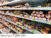 Купить «Докторская колбаса на прилавке магазина», эксклюзивное фото № 7009191, снято 1 февраля 2015 г. (c) Володина Ольга / Фотобанк Лори