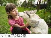 Купить «Девочка хочет поцеловать собаку», фото № 7012095, снято 22 мая 2014 г. (c) Алексей Маринченко / Фотобанк Лори