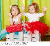 Две маленькие девочки с подарками. Стоковое фото, фотограф Евгения Устиновская / Фотобанк Лори