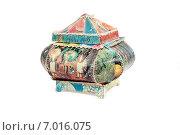 Купить «Старенькая шкатулка из открыток на белом фоне», эксклюзивное фото № 7016075, снято 27 января 2015 г. (c) Наталья Осипова / Фотобанк Лори