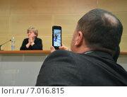 Купить «Мужчина делает видеозапись на камеру мобильного устройства - смартфона», эксклюзивное фото № 7016815, снято 13 февраля 2015 г. (c) Александр Замараев / Фотобанк Лори