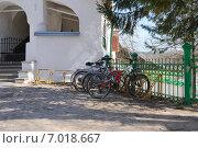 Купить «Печеры Псковские. Велосипеды возле Никольский храма.», фото № 7018667, снято 2 мая 2013 г. (c) Рябков Александр / Фотобанк Лори