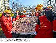 Купить «Мужчины-повара держат на подносе колбасу весом 130 килограммов на празднике Длинной колбасы в Калининграде 14 февраля 2015 года», эксклюзивное фото № 7020015, снято 14 февраля 2015 г. (c) Ирина Борсученко / Фотобанк Лори