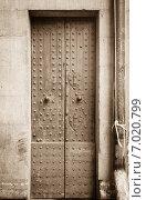 Купить «Старинные деревянные двери», фото № 7020799, снято 22 ноября 2019 г. (c) Mikhail Starodubov / Фотобанк Лори